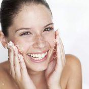 Scrub viso fai da te: depura la tua pelle